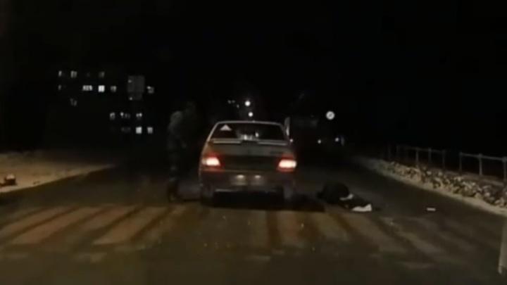 Провез на капоте: в Ярославской области сбили женщину на переходе. Момент ДТП попал на видео