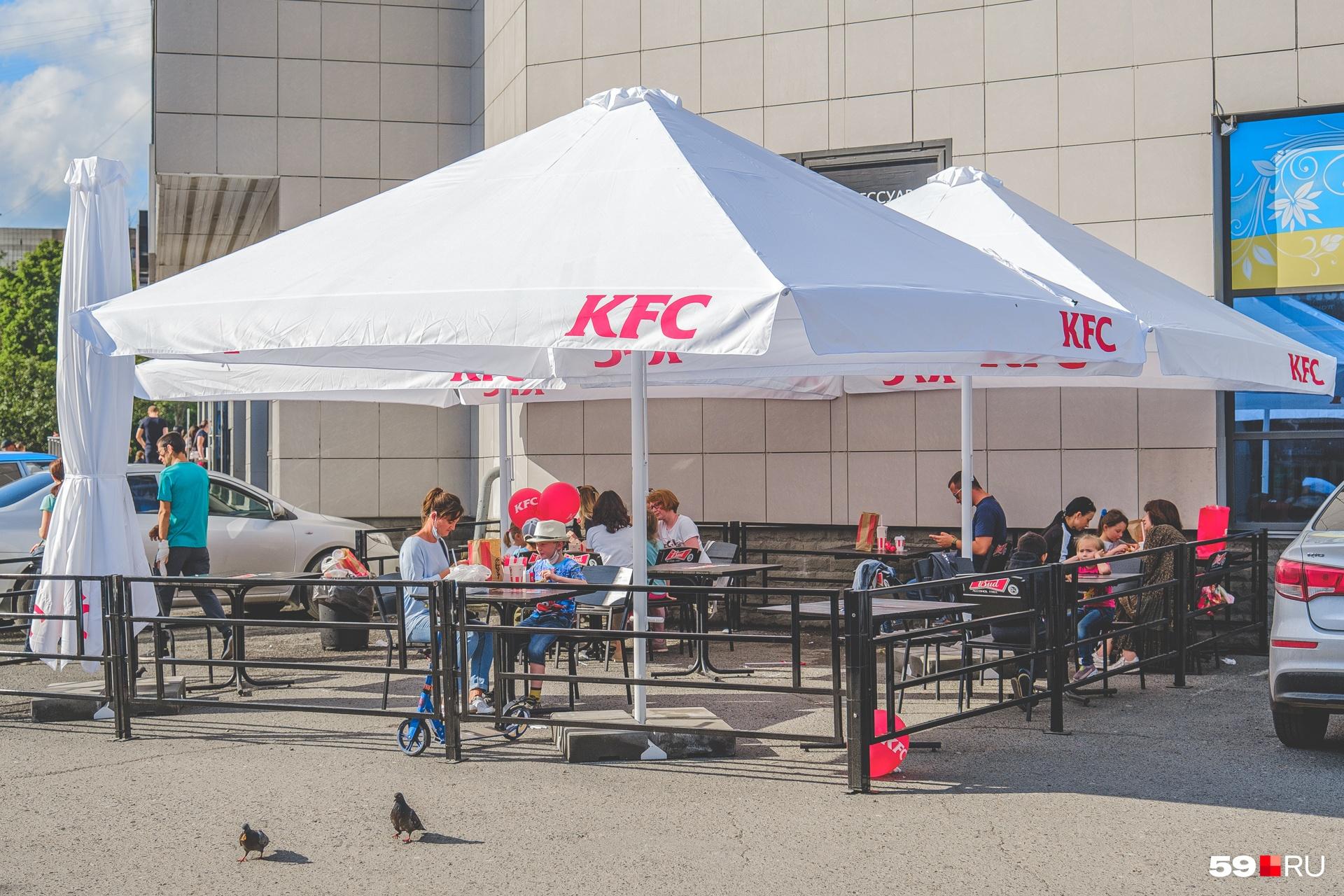 Рестораны быстрого питания тоже открыли летники: и KFC на Крисанова...