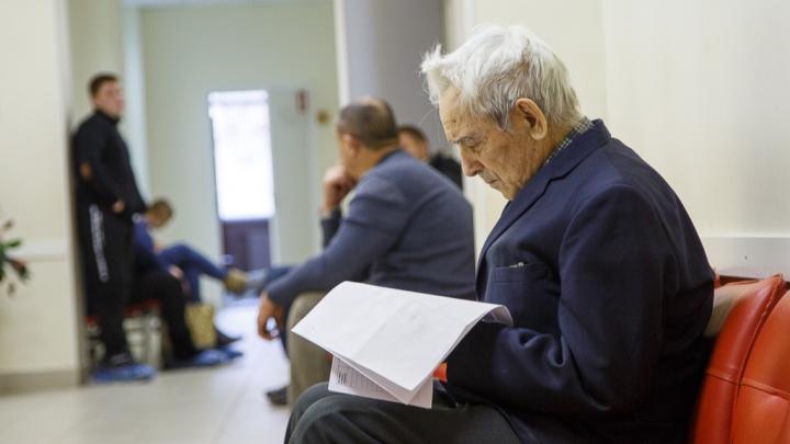 Волгоградцам старше 60 лет посоветовали меньше ходить в магазины и ездить в городском транспорте