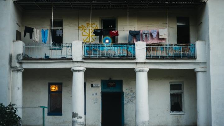 «Отголоски эпохи первостроителей»: фотограф показал колорит и архитектуру старого Волжского