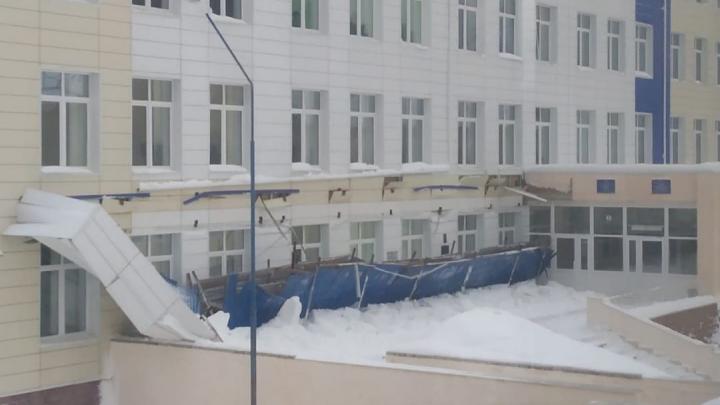 В Башкирии у здания школы обвалился навес
