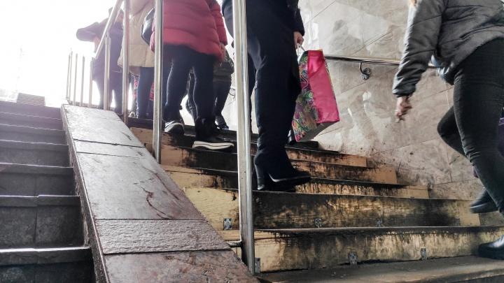 Ступени в подземном переходе на площади Революции вместо ремонта закрыли досками, и это надолго