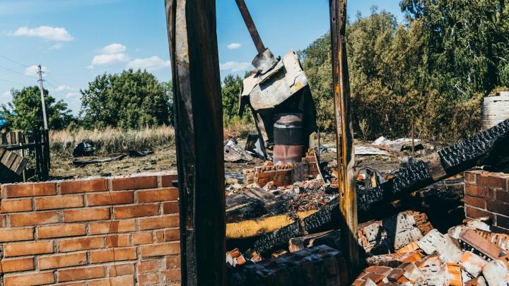 «Я теперь через потолок могу в дом зайти»: что осталось от барака в Береговом после взрывов и пожара