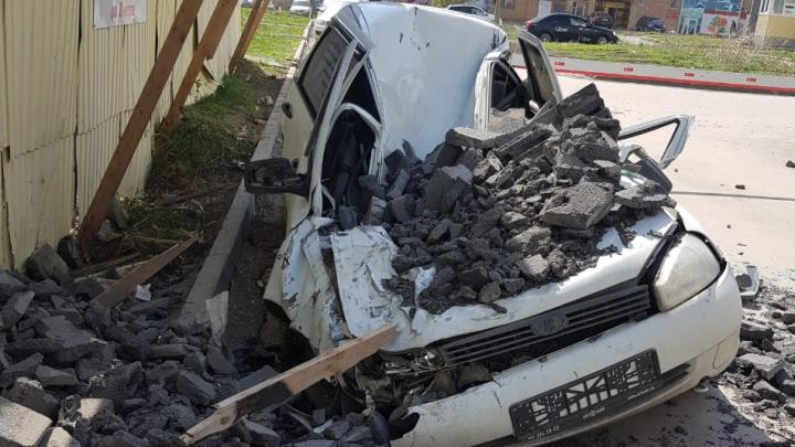 «Размазал по асфальту»: в Самаре кусок стены строящегося ЖК рухнул на машину