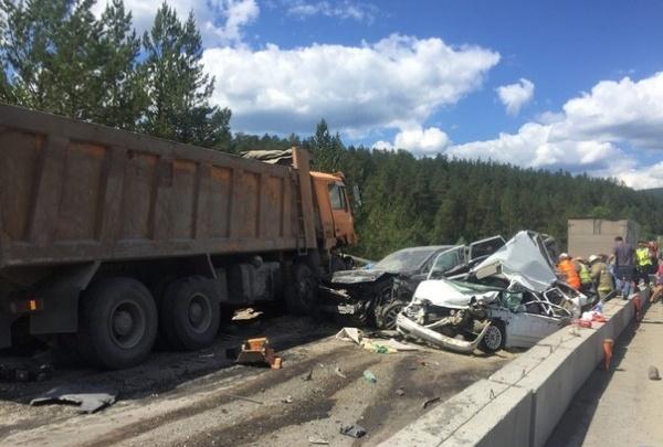 На трассе М-5 в Челябинской области грузовик протаранил пять машин, погибли двое