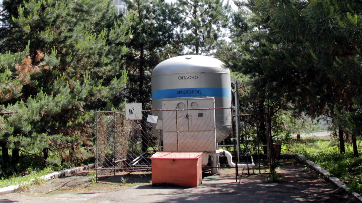 В правительстве заявили, что с кислородом в Омской области проблем нет — его даже поставляют на Урал