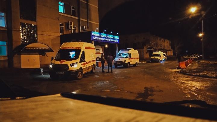14 часов ожидания в холодной машине: журналист провёл смену на омской ковидной скорой