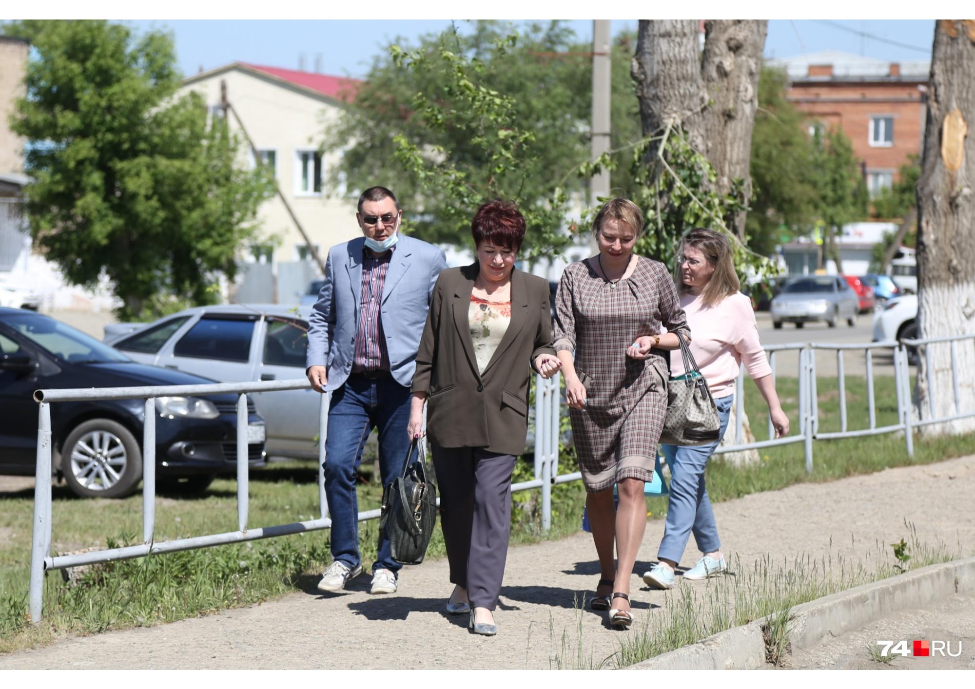 На заседание суда отец водителя «Лады» Никиты, мама Насти (справа) и адвокаты пострадавших ребят приехали вместе