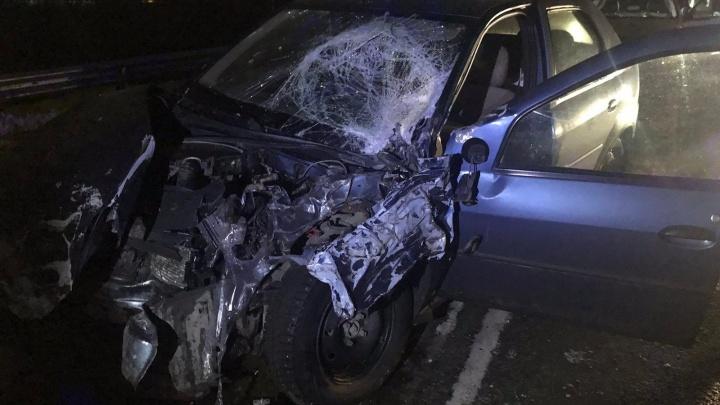 Водитель вылетел на встречку: в Кургане легковушка столкнулась с КАМАЗом