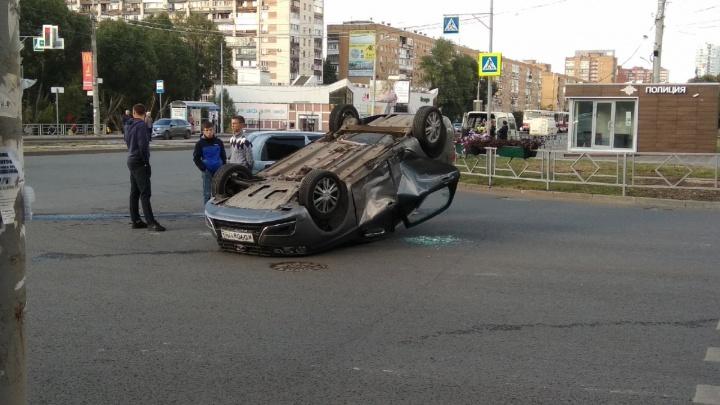 Вверх колесами: в Самаре недалеко от областной библиотеки перевернулся автомобиль