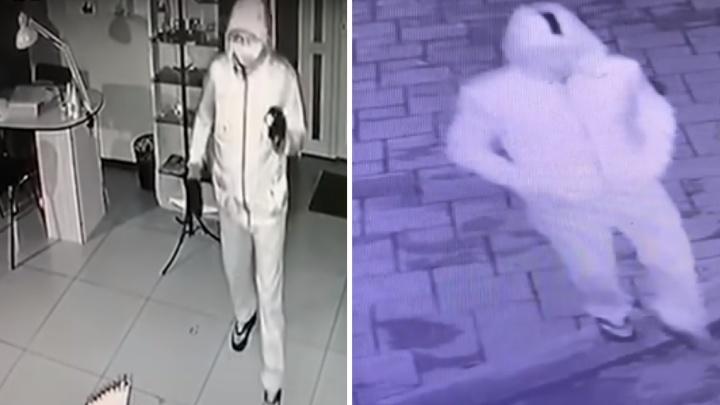 Вор, ограбивший в сентябре салон красоты в Екатеринбурге, вынес ценности из еще одного салона
