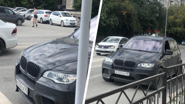 В Екатеринбурге мужчина на BMW похитил девушку: онлайн-репортаж
