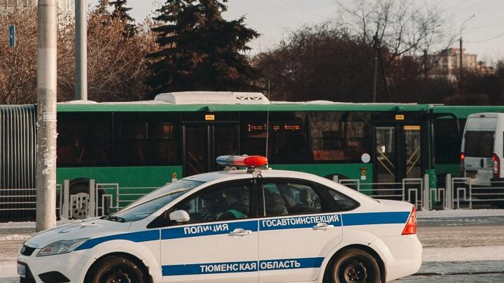 Тюменские инспекторы гонялись за пьяным водителем, который попался им, съехав в кювет