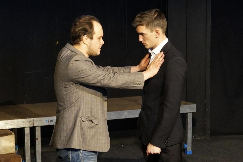 Максиму Чигурову (справа) пришлось изображать на сцене любовь к мужчине