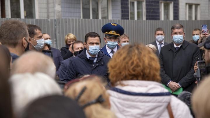 Губернатор и мэр в осаде: как прошла встреча жильцов взорвавшегося дома с властями. Фото