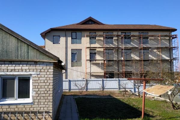 15 окон трехэтажного офиса выходят во двор дома пенсионеров