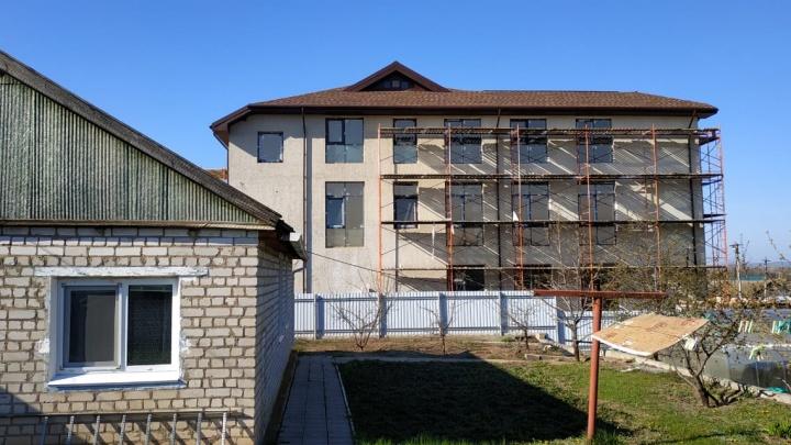 «Родители живут, как в шоу «За стеклом»: в поселке под Волгоградом возле дома пенсионеров вырос трехэтажный офис