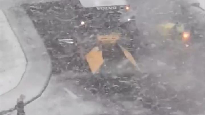 В Уфе лег первый снег, а дорожники стали класть асфальт в городе. Смотрим, как это было