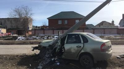 Столб повис на проводах: в Тольятти «Лада-Калина» врезалась в световую опору