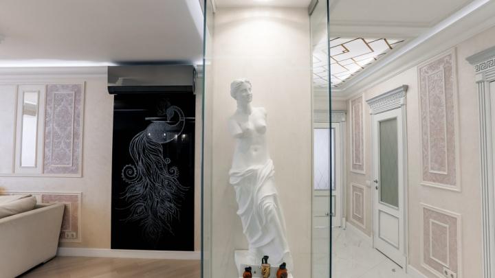 В Омске за 11 миллионов рублей продаётся квартира с Венерой Милосской и люстрами до пола