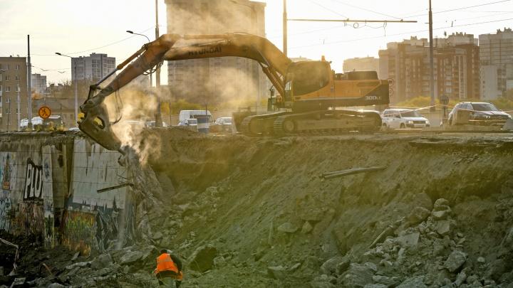 Дорогу у Макаровского моста, после закрытия которой Екатеринбург встал в царь-пробку, превратили в мусор