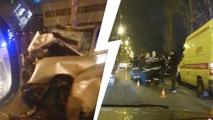 Машина всмятку: в Екатеринбурге на Объездной дороге произошло серьезное ДТП