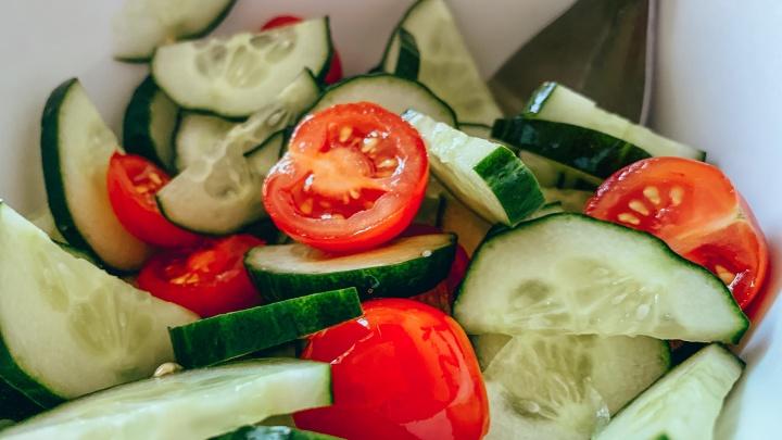 Говорят, от салата из помидоров с огурцами больше вреда, чем пользы. Отвечают диетолог и фитнес-тренер