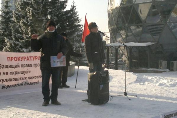 По подсчетам организаторов, на митинге собралось порядка пятидесяти сибиряков