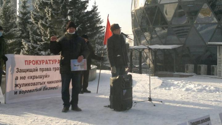 «Имеем право тут находиться»: сибиряки устроили возле «Глобуса» митинг против повышения тарифов