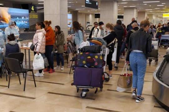 Аэропорт продолжает принимать рейсы из российских регионов