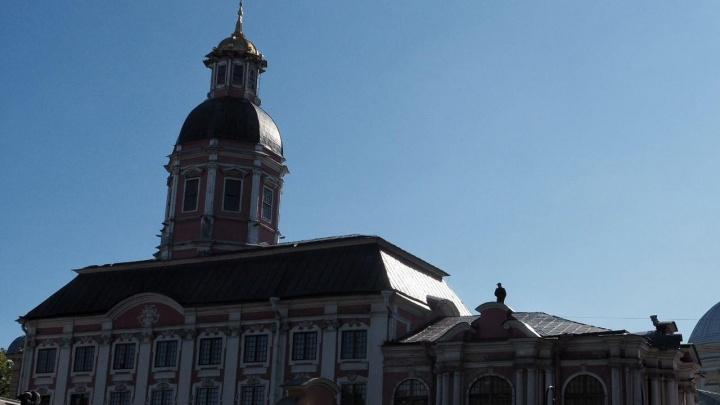 Вооруженный волгодонец забрался на крышу монастыря в Петербурге