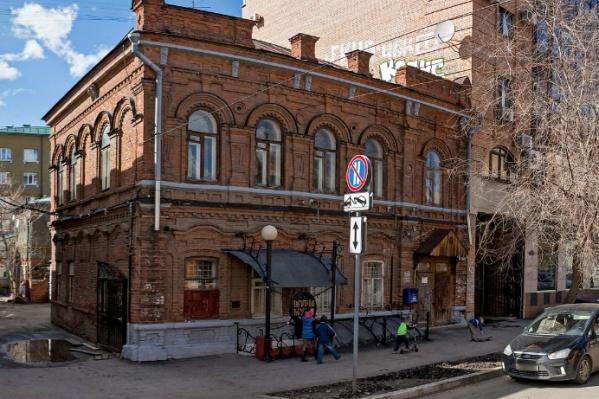 Двухэтажный особняк на Молодогвардейской выделяется фигурной кирпичной кладкой