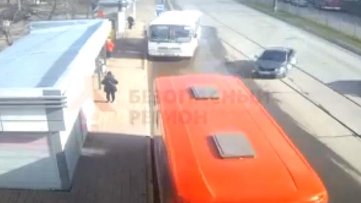 «В автобусе было 20 человек»: в Ярославле легковушка протаранила маршрутку