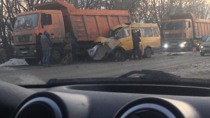 В Тольятти «Газель» залетела под грузовик