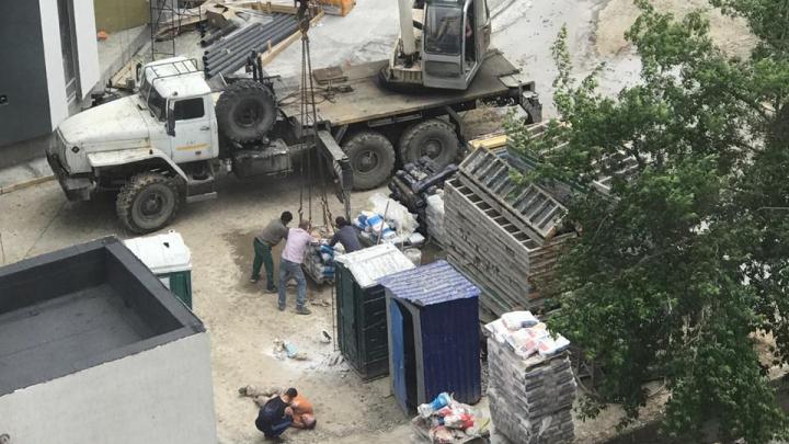 В Екатеринбурге мешок с цементом упал на голову рабочего