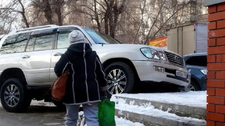 «Я паркуюсь как чудак»: Lexus 003 — история о том, как внедорожник устроил стоянку на лестнице