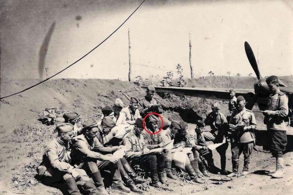 Леонид Елешев с сослуживцами на разборе боевого задания