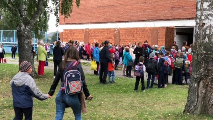 «Неужели нельзя было это предусмотреть»: почему в школах Екатеринбурга скопились очереди