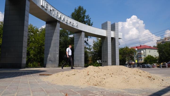 Тротуары в Челябинске завалили песком. Мы узнали, в чём дело