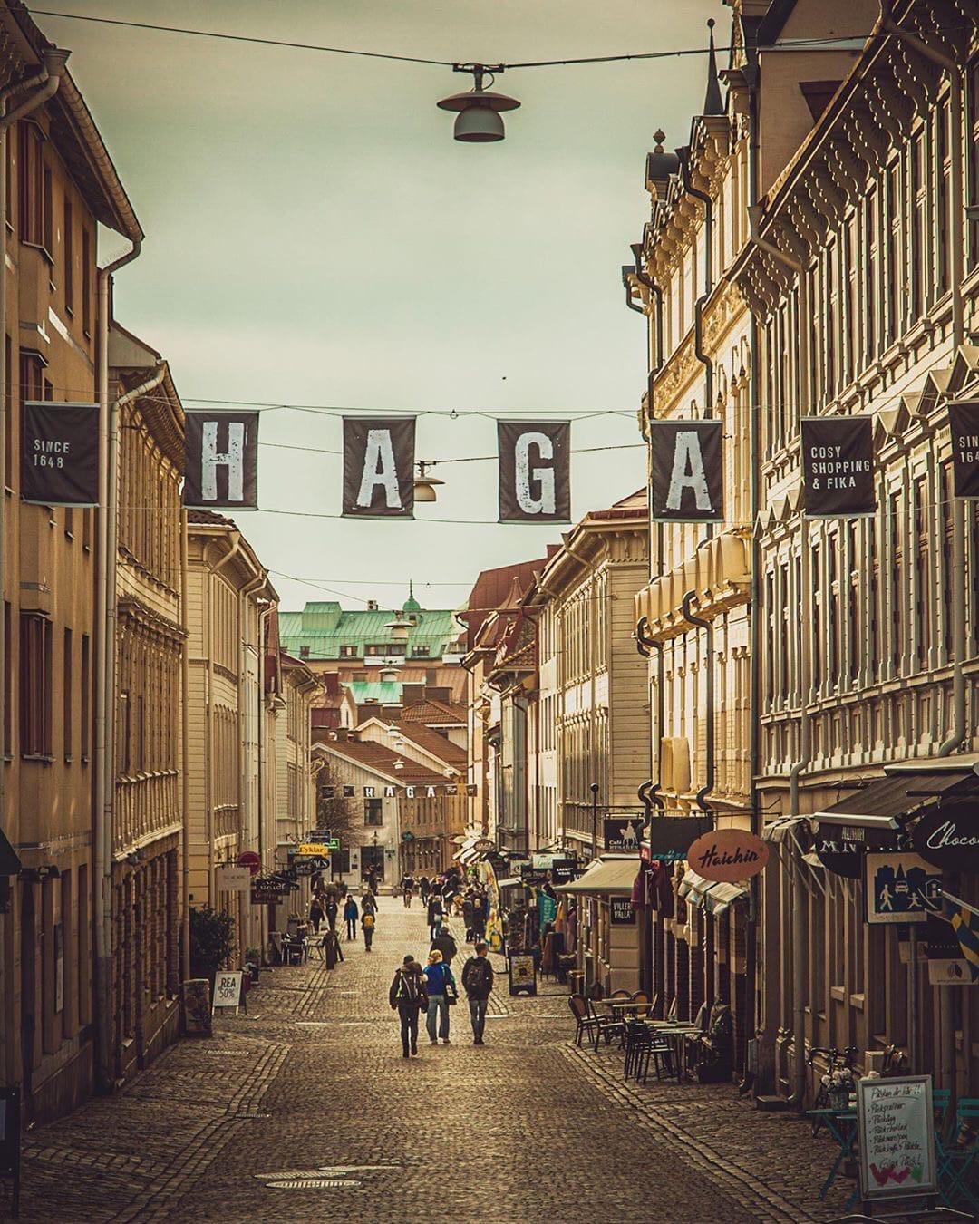 Это Хага — один из самых популярных районов для прогулок и шопинга. Обычно здесь яблоку негде упасть, сейчас многие кафе и магазинчики закрылись или изменили часы работы