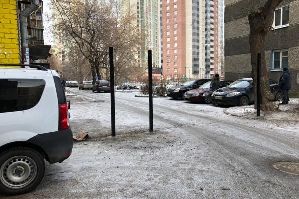 Жители домов закрыли доступ на свою территорию и машинам, и пешеходам