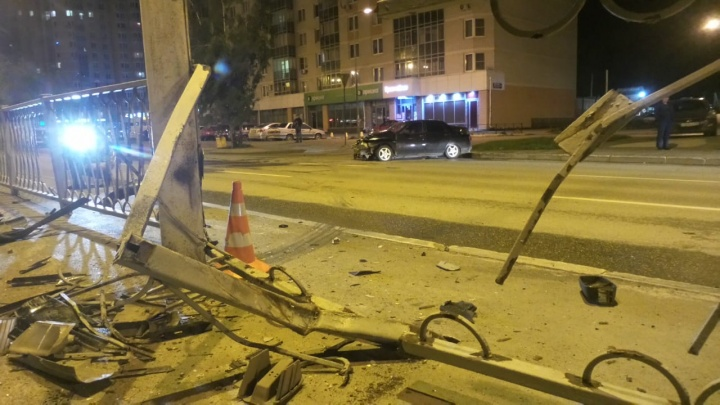 «Проткнула колесо на полном ходу»: в Екатеринбурге Lada протаранила железное ограждение