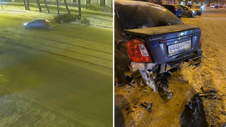 Екатеринбуржец ищет парней, которые разбили его припаркованную машину: видео происшествия