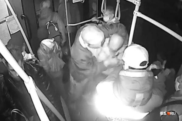 Пассажиры долго терпели нарушителя, а потом один из мужчин решил проучить его с помощью тумаков