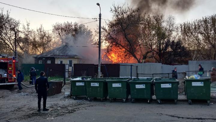 «Три пожарных и скорая»: в Волгограде загорелся дом