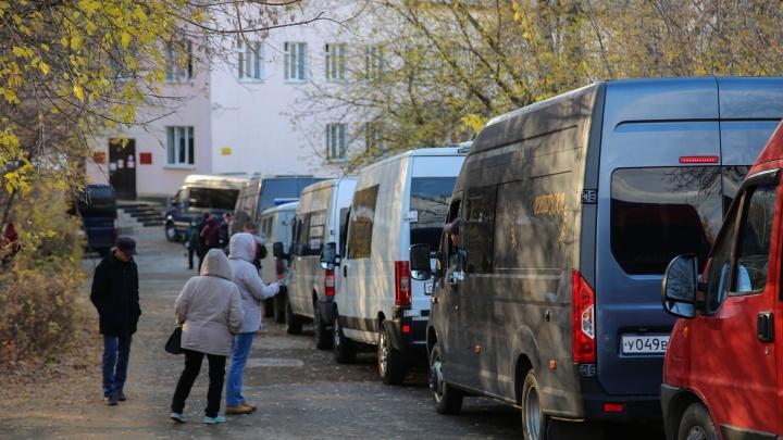 Уфимец опубликовал видео с огромной очередью катафалков в городской морг