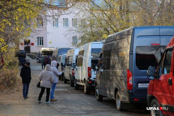 Пару недель назад наш корреспондент насчитал в очереди 10 машин, сегодня их стало больше