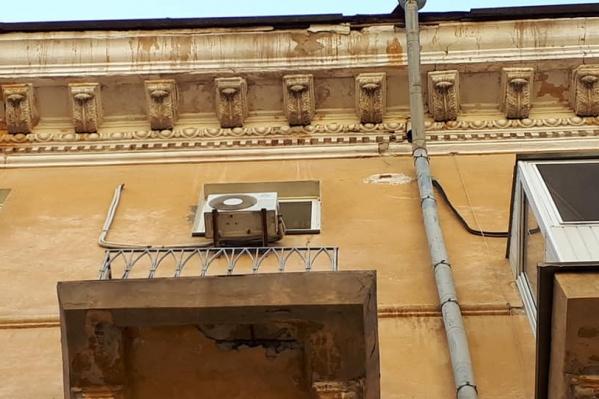 Пешеходам советуют не ходить под старыми балконами