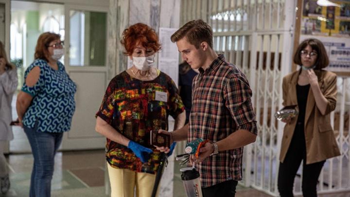 Разрешили снять маски: как в Новосибирске сдают ЕГЭ во время пандемии — 10 фото из «Горностая»