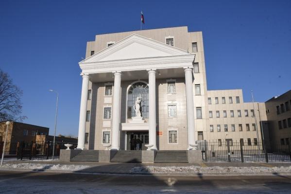 Главный вход в Автозаводской райсуд Тольятти выглядит монументально